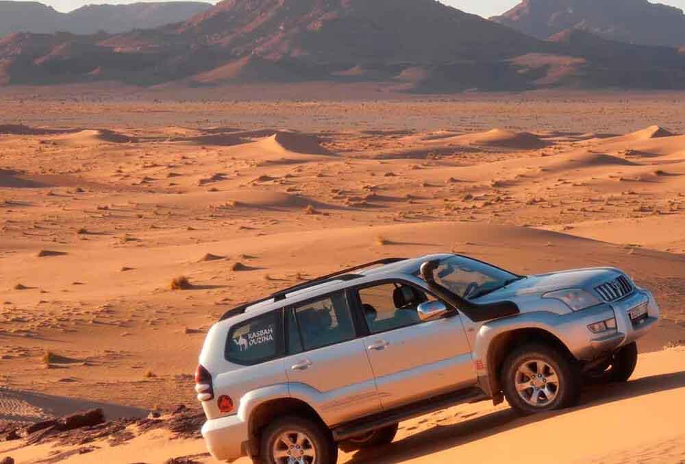 Coche-con-conductor-en-Marruecos